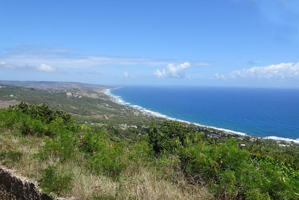 Ein Blick über die Kueste von Martinique in der Karibik