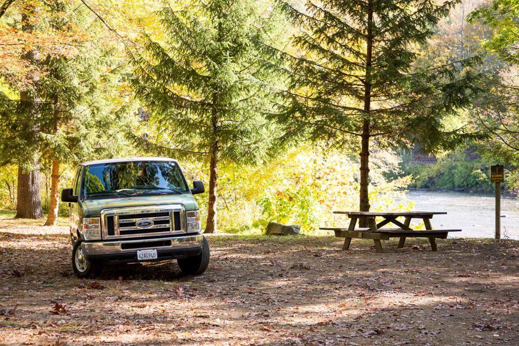 Tipps fuers Camping USA: Klassischer Camper-Van in amerikanischen State Park