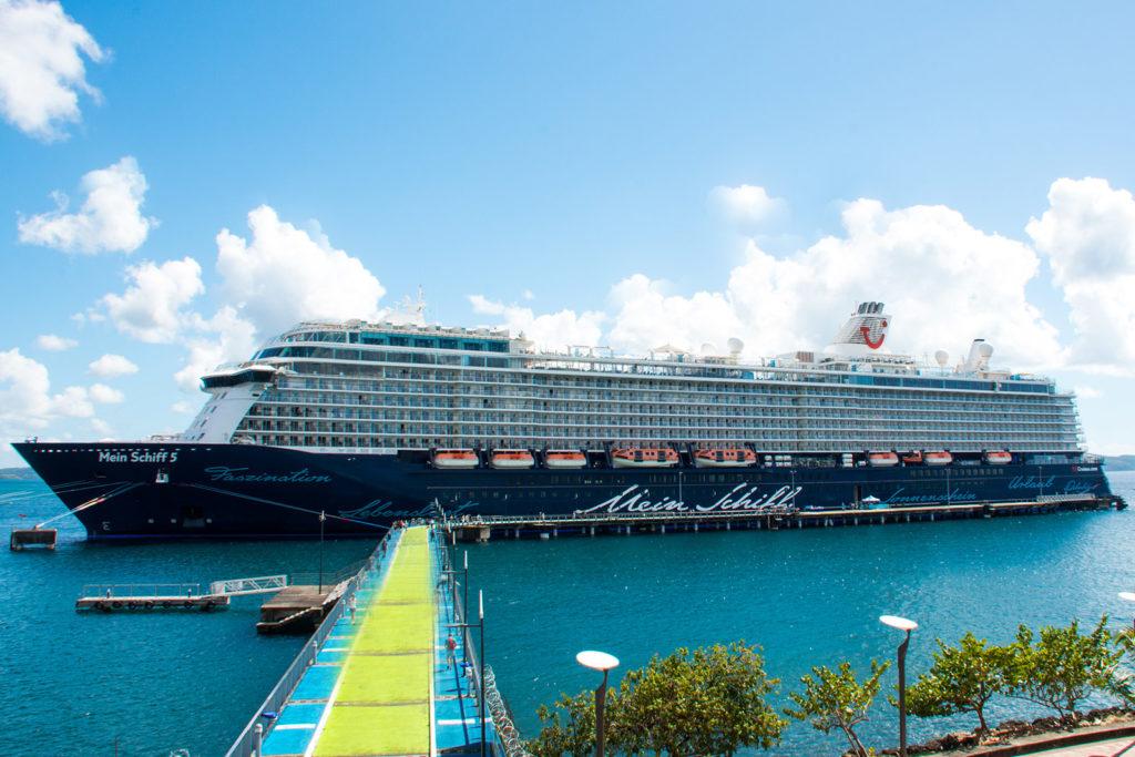 Blick auf die Mein Schiff in Fort de France, Martinique