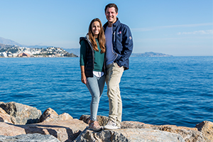 Alex und Alice auf der Hafenmauer in Marina del Este
