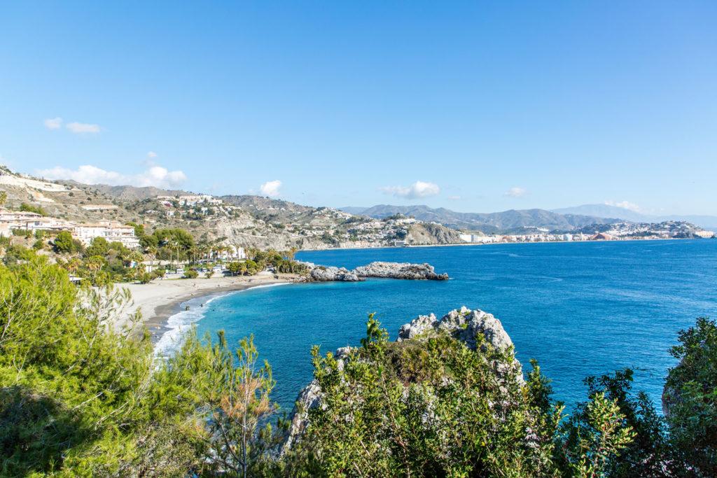 Seitlicher Panoramablick auf den Strand und die Küste vor dem Haus