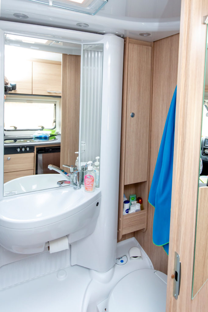 Das Badezimmer mit Toilette im Sunlight V60