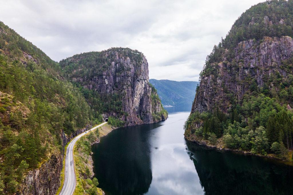 Schlucht hindurch des Fjords