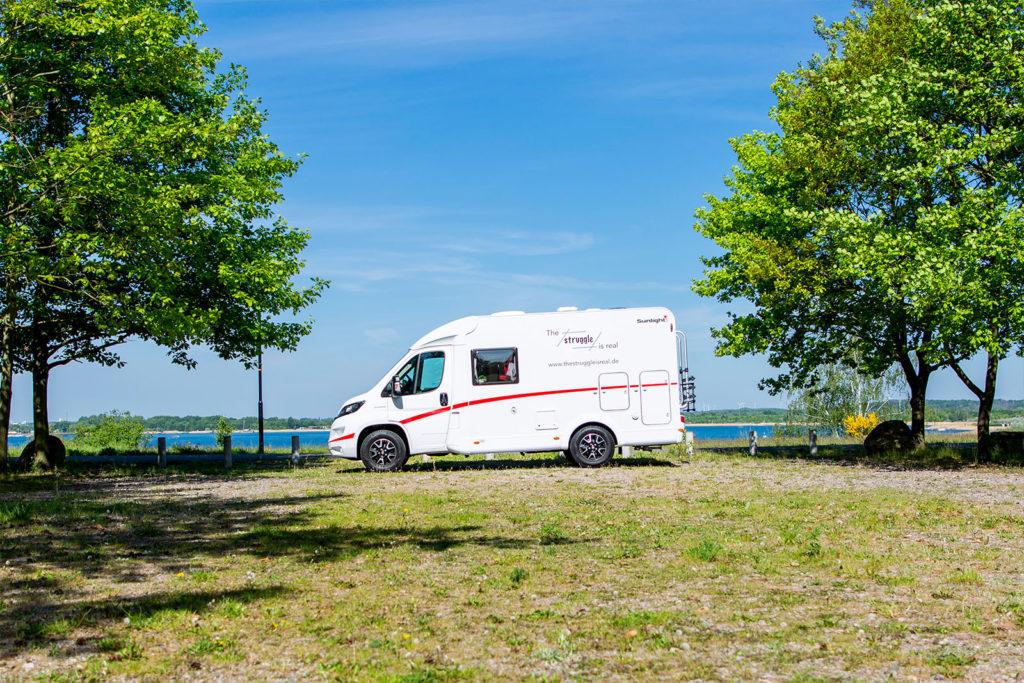 Parkplatz mit Wohnmobil am Goitzschesee in Sachsen-Anhalt
